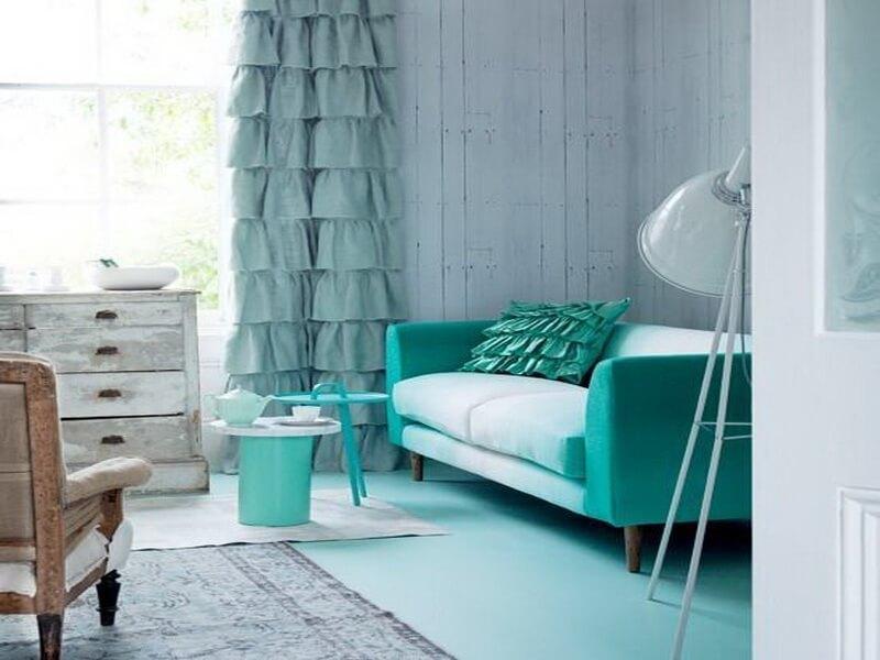 Бирюзовый диван рядом с занавеской мятного оттенка