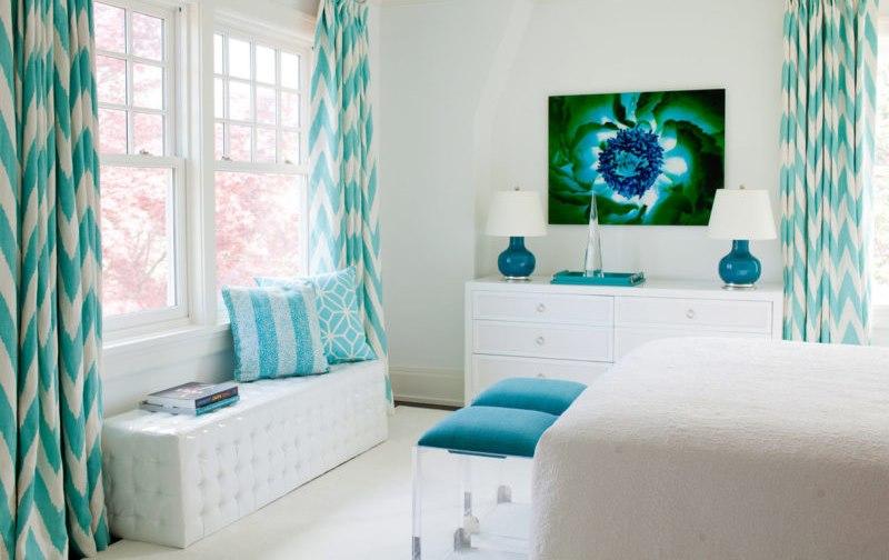 Мятные шторы с геометрическим рисунком в белой спальне