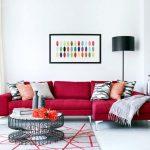 Набор разных подушек для бордового дивана