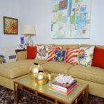 Набор ярких декоративных подушек на диван