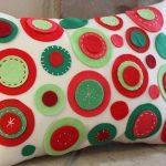 Наволочка на прямоугольную подушку с украшением из фетра