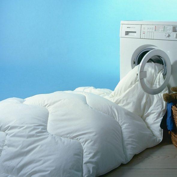 Если одеяло не помещается - стоит постирать его вручную