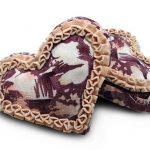 Необычная бело-сиреневая подушка-сердце