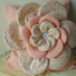Нежная подушка с розой в пастельных тонах