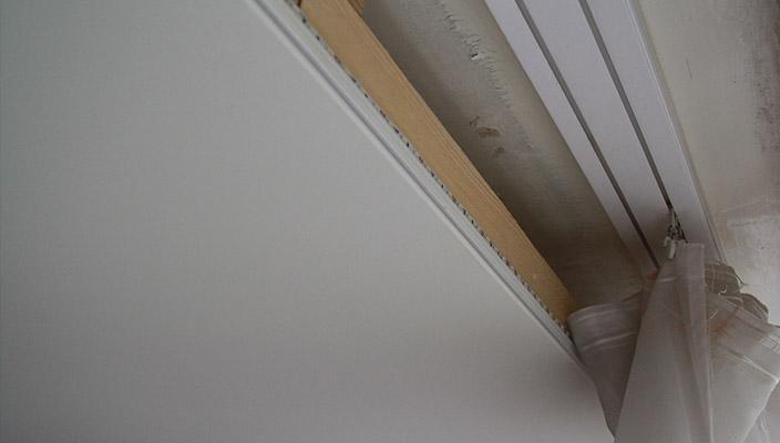 Пластиковый карниз для шторы в потолочной нише
