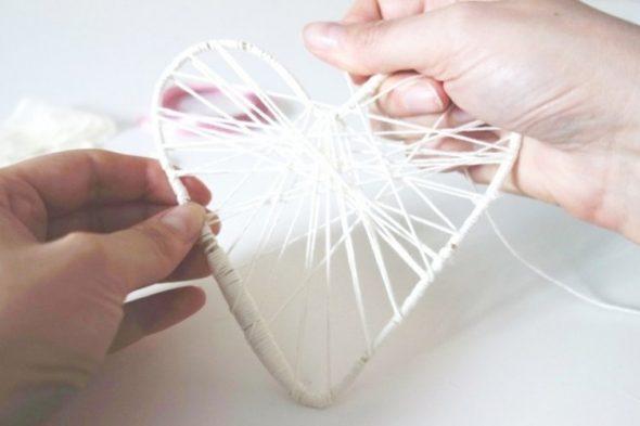 Оборачиваем контур сердца пряжей