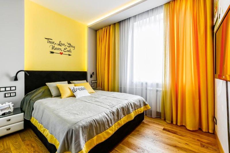 Оранжевые шторы на скрытом карнизе в спальне