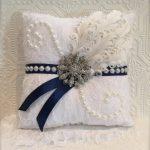 Оригинальный элемент декора подушки - перья