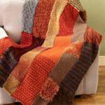 Оригинальный плед из вязанных полосок от старых свитеров