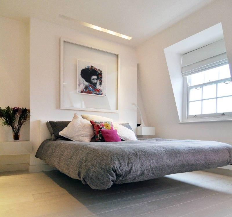 Белая римская штора в спальне с кроватью без ножек