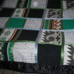 Плед из лоскутков от старых свитеров с лентами для декора