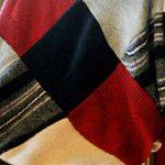 Плед из трикотажных пуловеров и свитеров