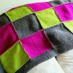 Плед из ярких вязанных лоскутков-квадратиков
