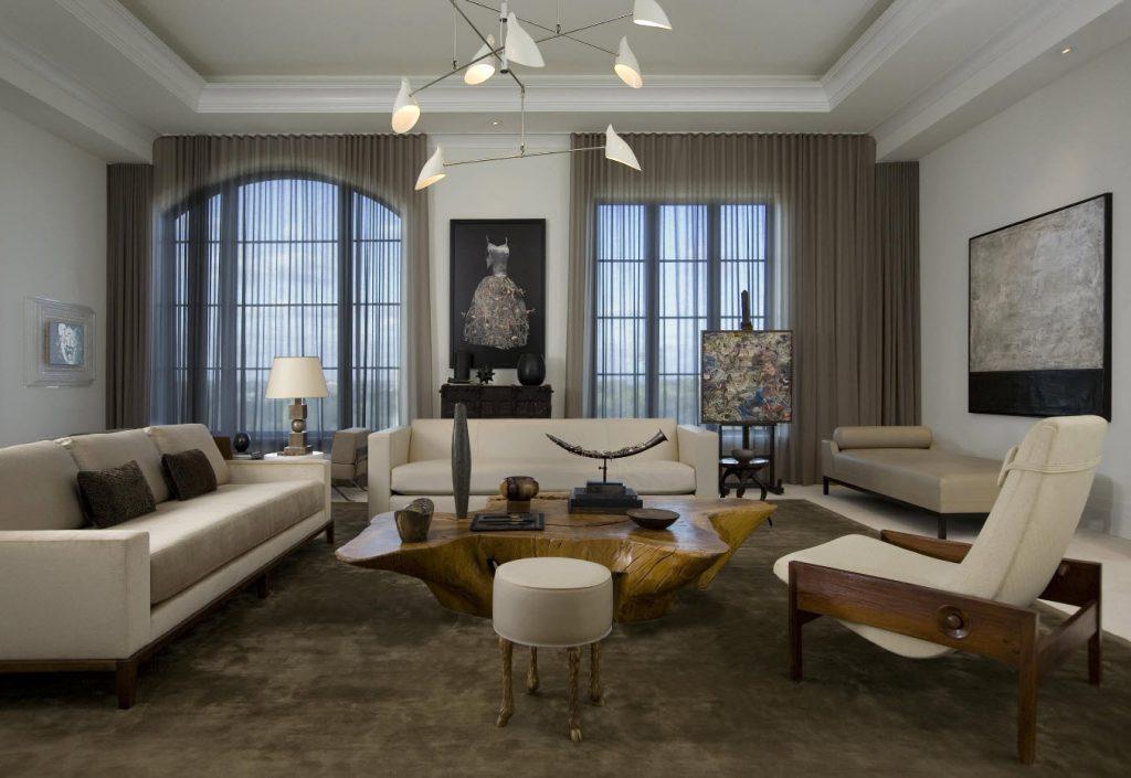 Серые занавески на двух окнах в современной гостиной