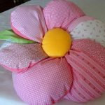 Подушка-цветок из остатков ткани своими руками