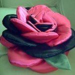 Подушка-цветок в розово-черных тонах
