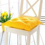 Подушка для стула желтого цвета
