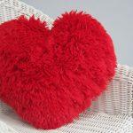 Подушка в форме сердца с бахромой из пряжи