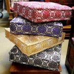 Подушки для пола с одинаковым орнаментом из разноцветной ткани