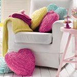 Подушки в форме сердца разных цветов