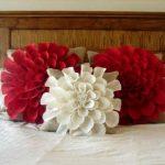 Подушки в виде цветов на кровати