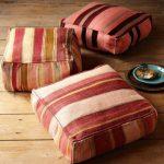 Полосатые напольные подушки