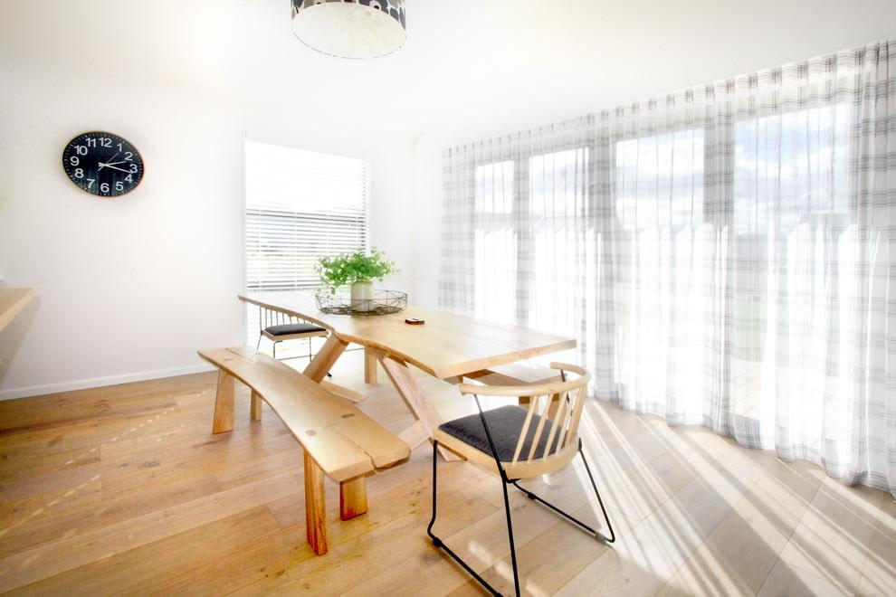 Светлая обеденная зона с полосатым тюлем на окнах
