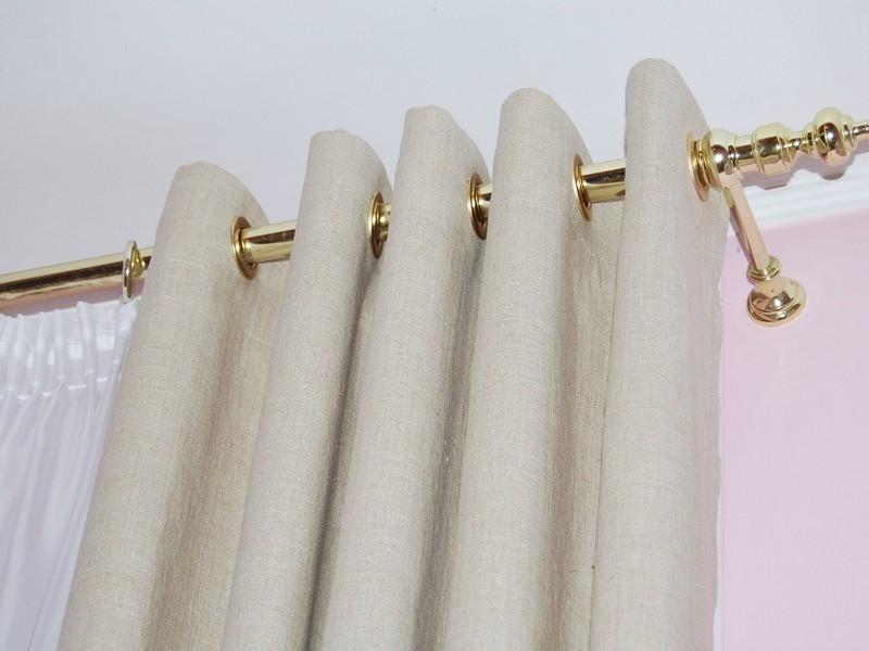 Светлая штора на карнизе с позолотой