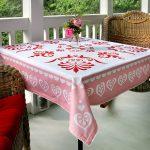 Простая скатерть для столика на веранде