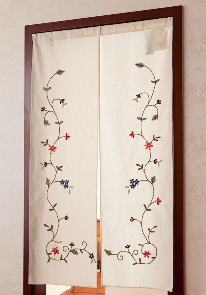 Прямые занавески с рисунком в проеме двери