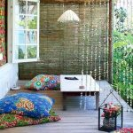 Разноцветные напольные подушки для открытой веранды