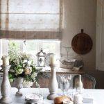 Ситцевая занавеска на кухонном окне
