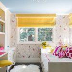 Желтые шторы на окне детской комнаты
