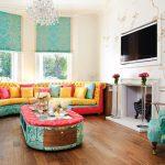 Полукруглый диван с яркой обивкой