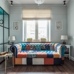 Модный диван с пестрой обивкой