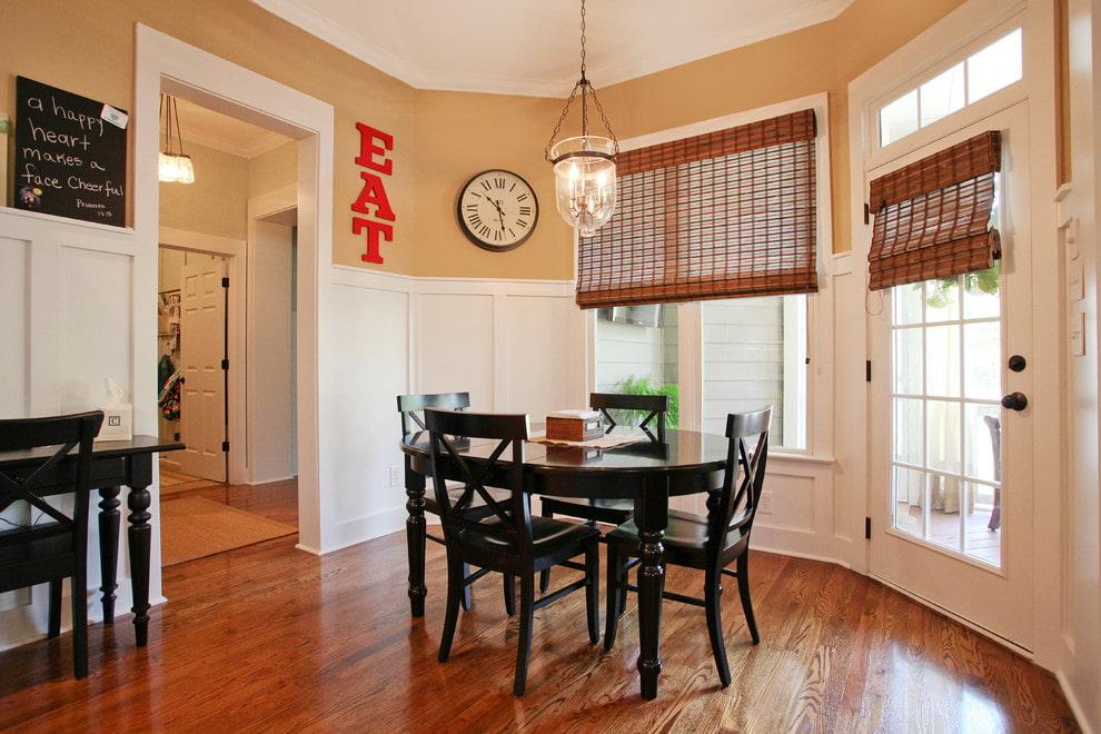Обеденный стол в комнате с бамбуковыми шторами