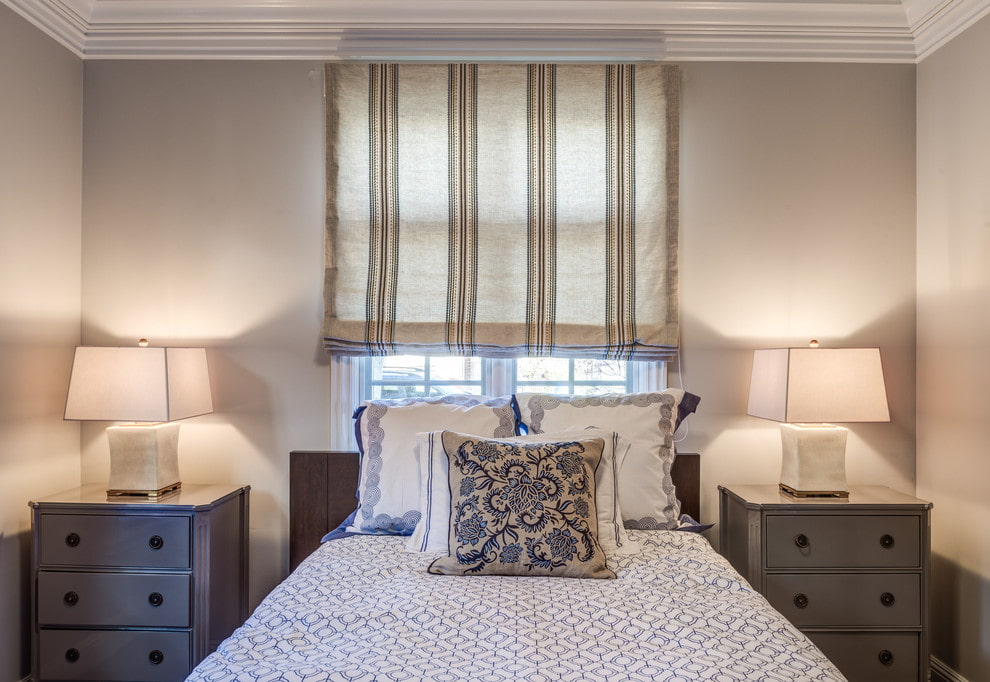 Льняная штора на окне спальни супругов