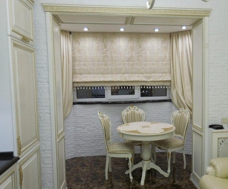 Круглый обеденный стол на кухне в стиле классики