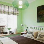 Полосатая римская штора в спальной комнате
