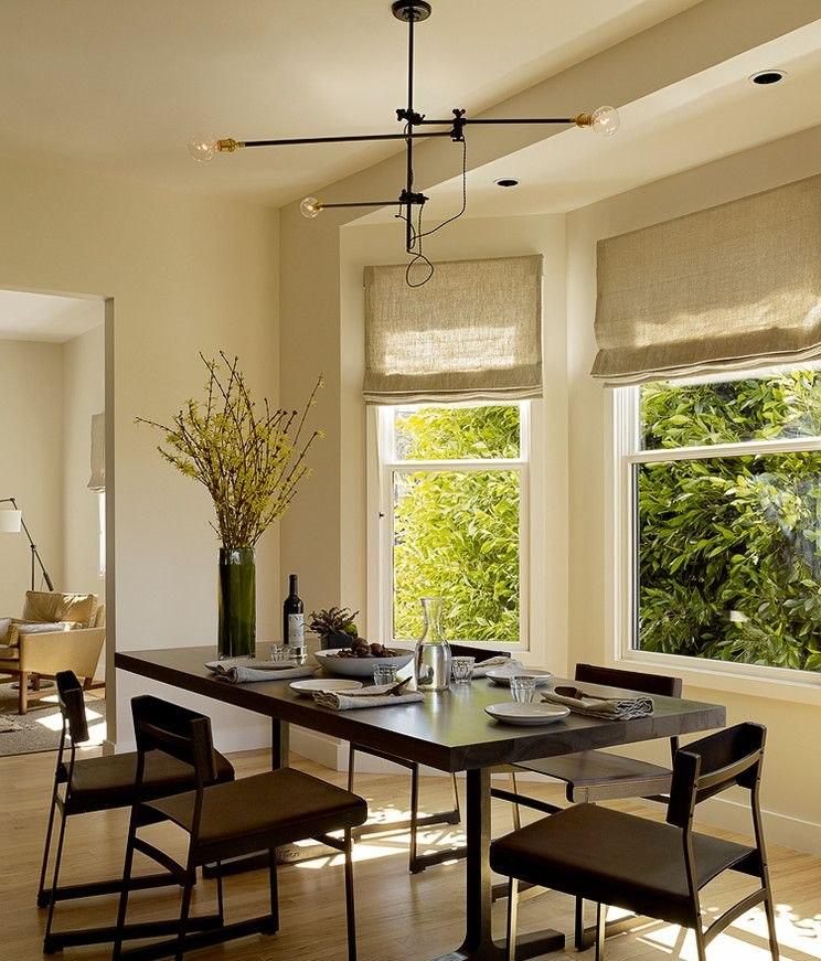 Окна с римскими шторами в столовой загородного дома