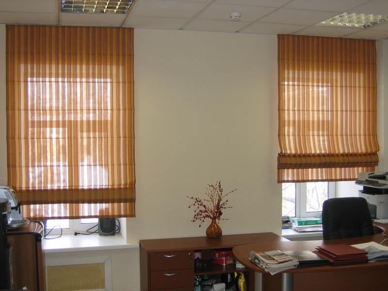 Римские шторы на окнах в кабинете руководителя