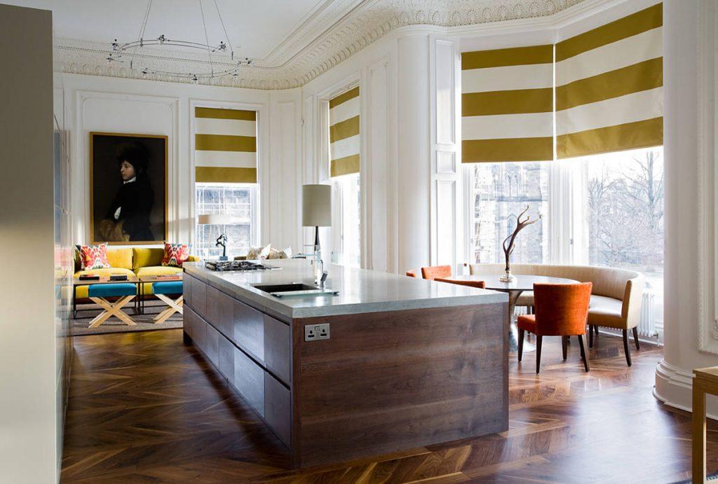 Римские шторы в полоску на окнах кухни