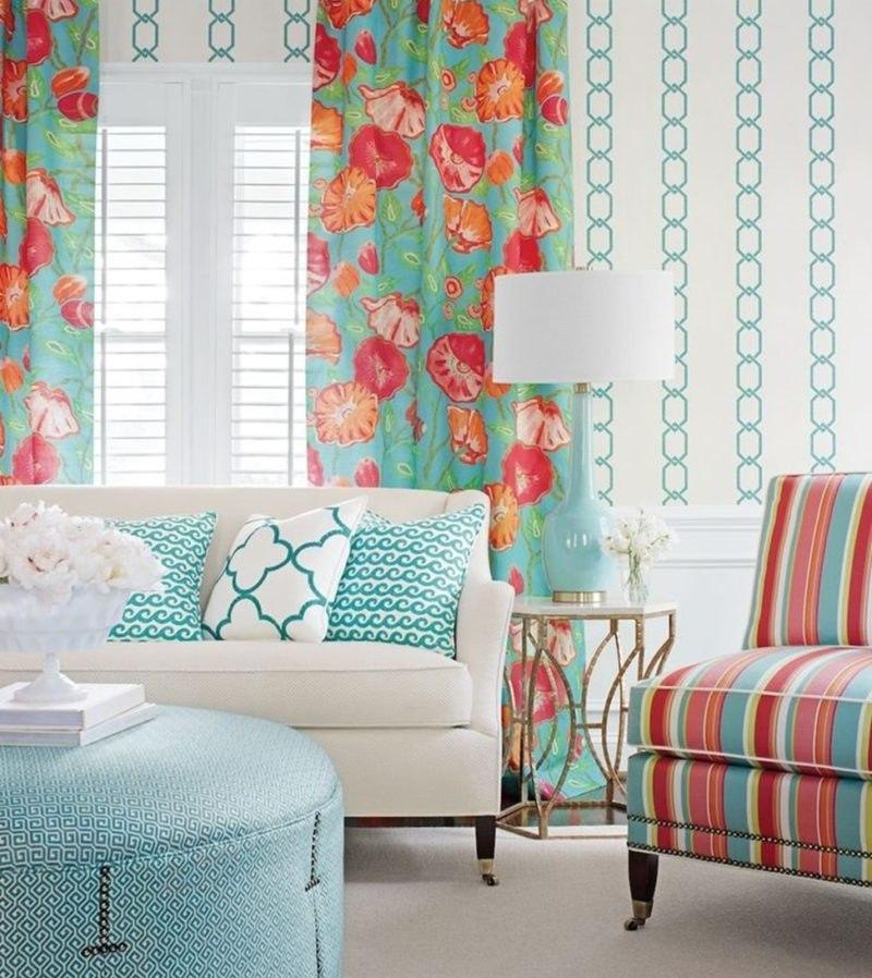 Розово-мятные шторы над белым диваном