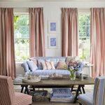 Розовый и голубой - контрастное сочетание мебели и текстиля в гостиной