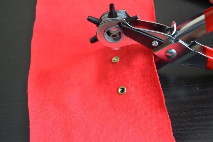 Монтаж блочки на ткани с помощью щипцов