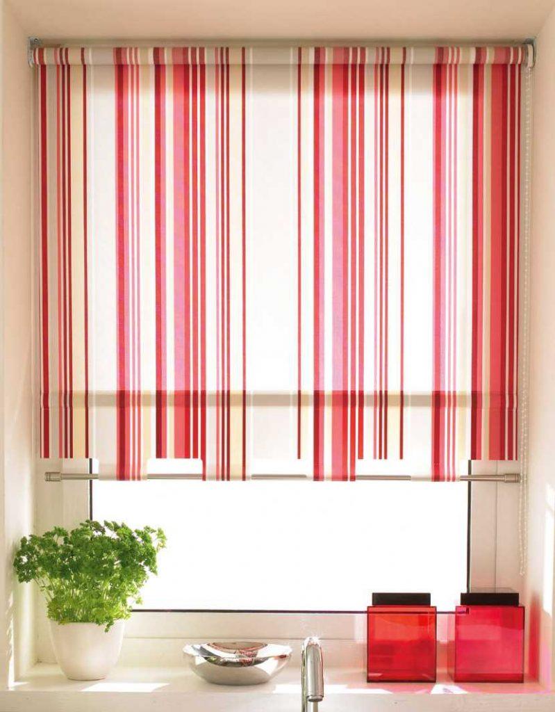 Рулонная штора в мелкую полоску на кухонном окне