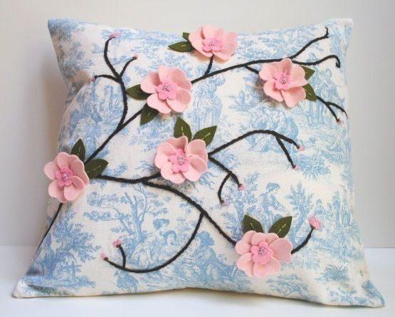 Самодельная подушка из фетра