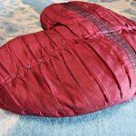 Самодельная подушка-сердце из жатой ткани