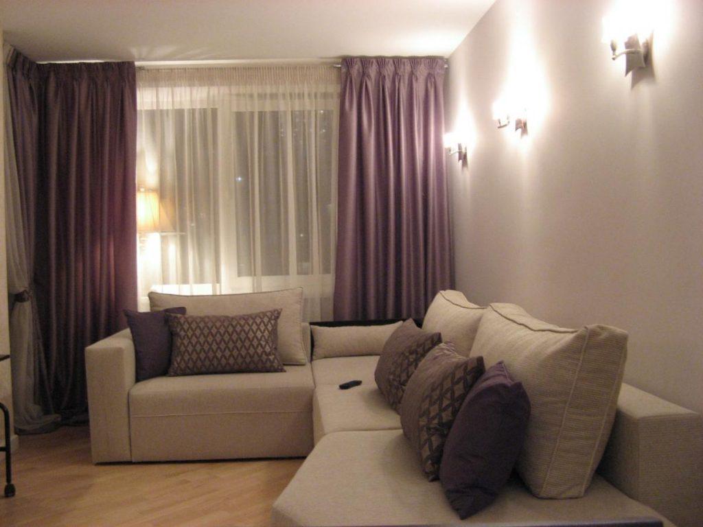 Настенные светильники в зале с фиолетовыми шторами