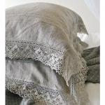 Серые декоративные подушки с кружевом